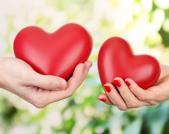 хора-държат-сърца-любов
