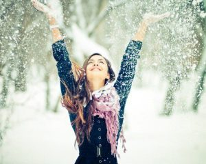 щастливо-момиче-в-снега